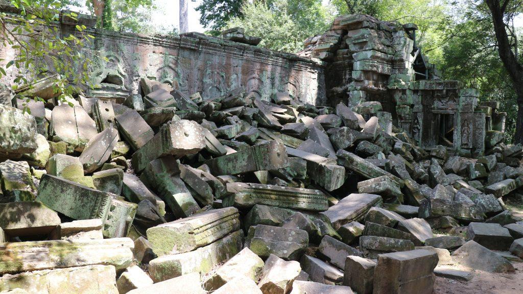 崩壊したタ・プローム遺跡の石